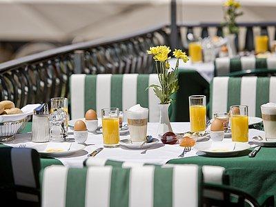 Frühstück auf der Terrasse @Vergeiner's Hotel Traube
