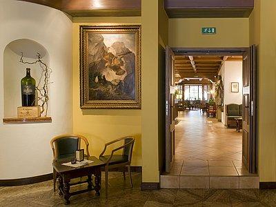 WeinBar Blick in die Halle @Vergeiner's Hotel Traube