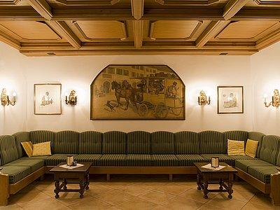 traditionelles Mobiliar (Rezeptionsbereich) ©Vergeiner's Hotel Traube