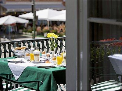 Frühstück mit Blick auf Hauptplatz @Vergeiner's Hotel Traube